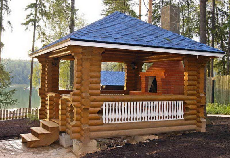 Деревянная беседка с синей крышей