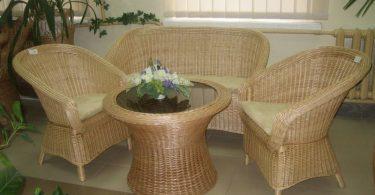 Плетенные кресло и столик