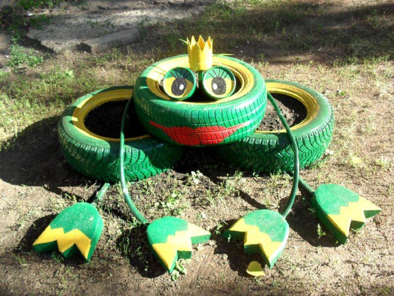 Веселая лягушка из шин