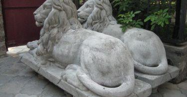 Скульптуры из камня смотрятся очень величественно