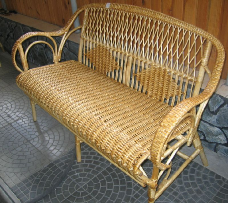 Плетенный диван для дачи