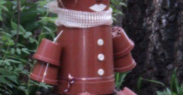 Ненужные цветочные горшки также можно использовать для создания садовых скульптур