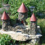 Из камней можно сделать красивый замок для сада