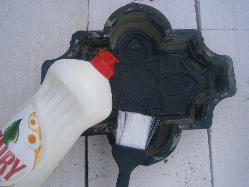 Чтобы плитка хорошо вынималась из формы нужно смазать рамку мыльным раствором