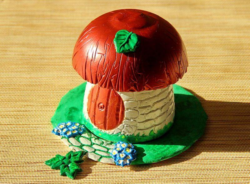 Красивый грибок из гипса