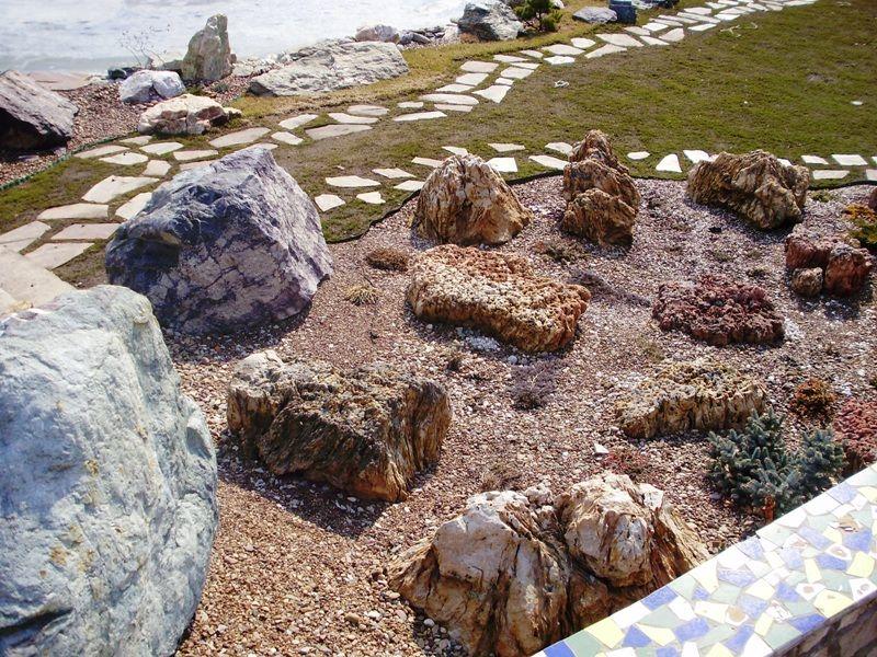 Японский сад камней в саду
