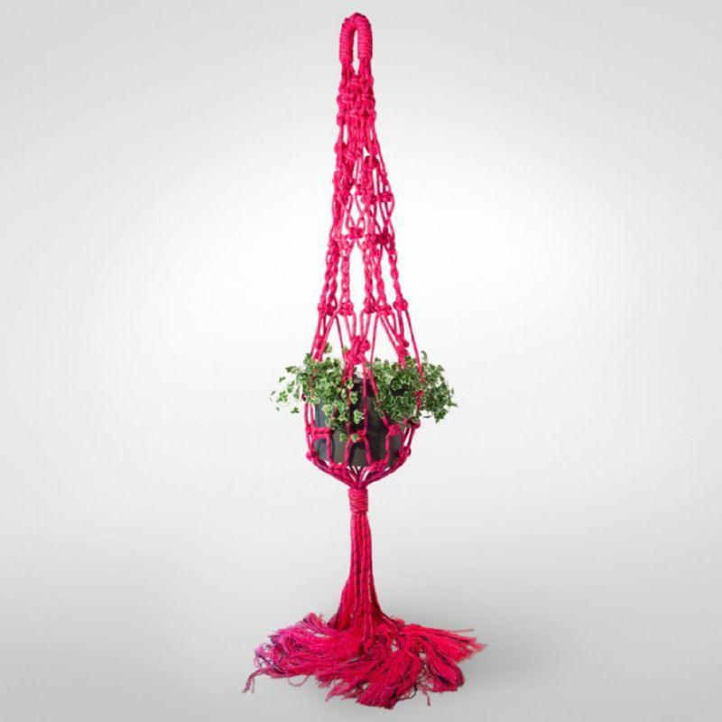 Кашпо для цветов, изготовленное в технике макраме