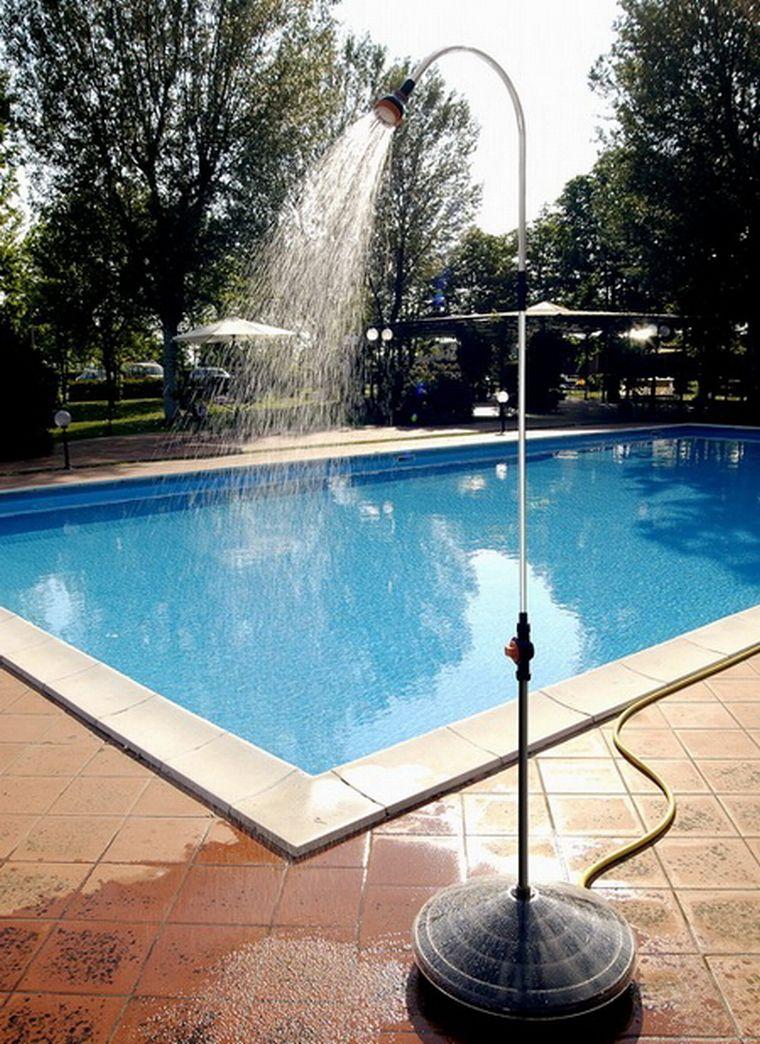 Душевая стойка у бассейна