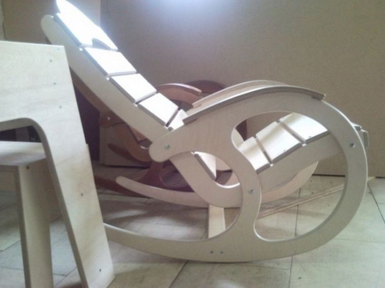 Кресло из дерева комфортное