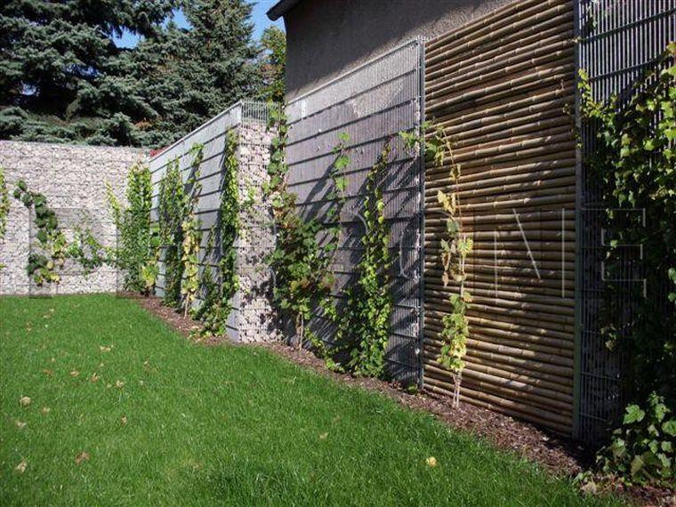 Зеленый насыпной забор