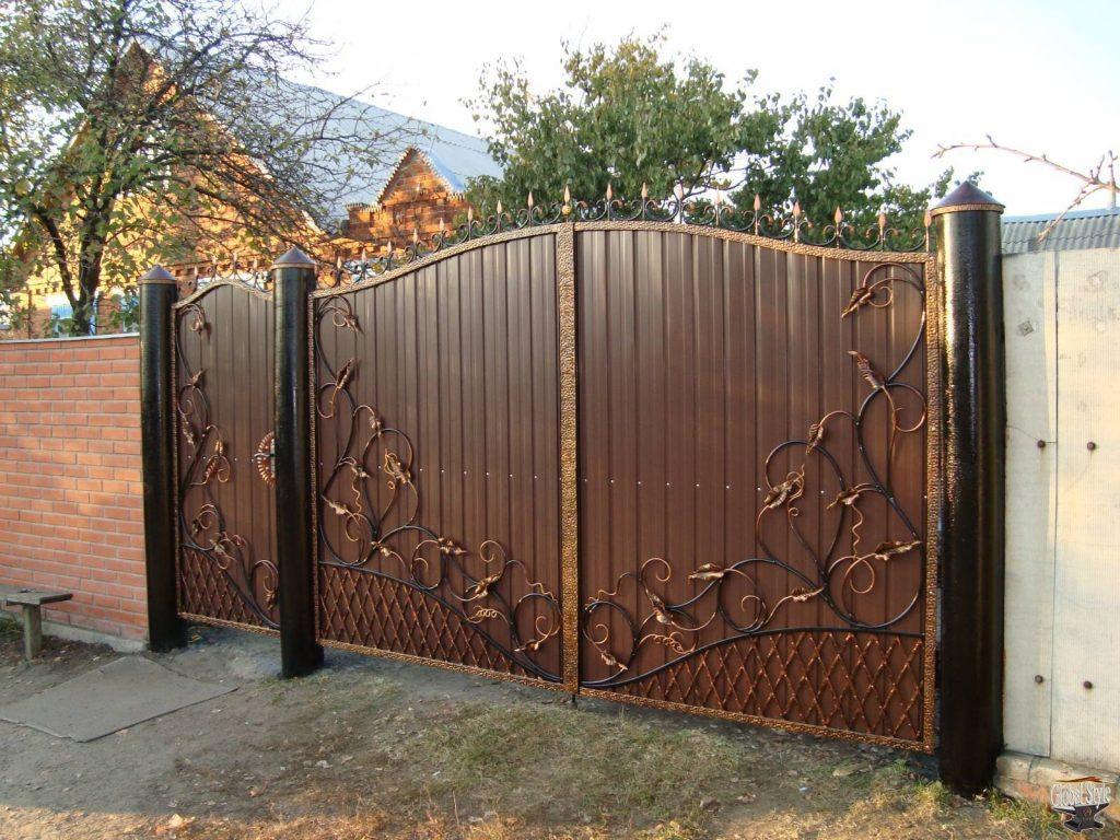 Кованые ворота с профнастилом