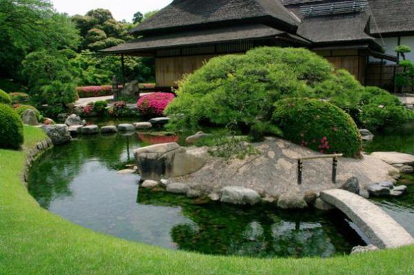 Пруд в саду в японском стиле