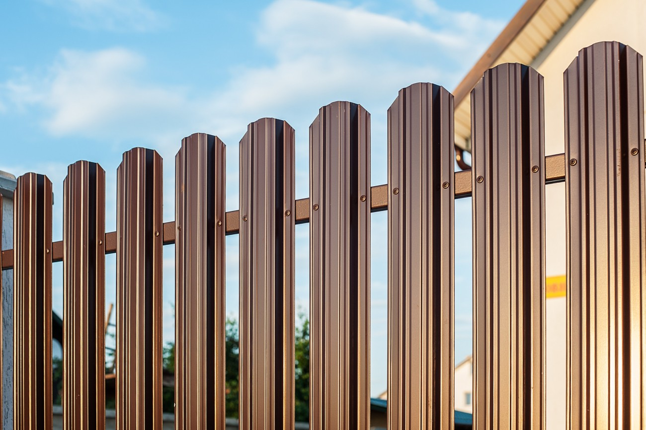Забор из евроштакетника.