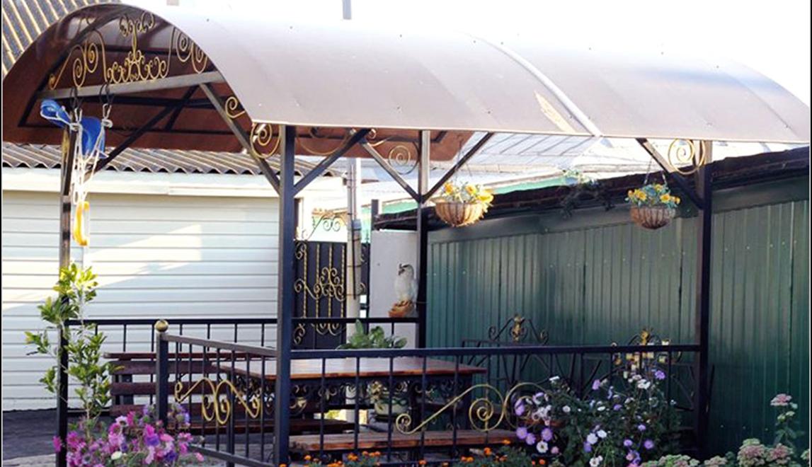Беседка с крышей из поликарбоната