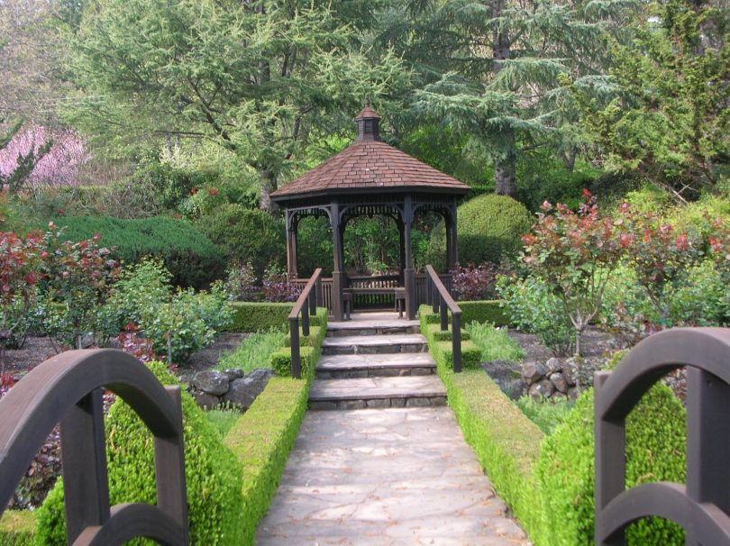 Красивый сад и беседка