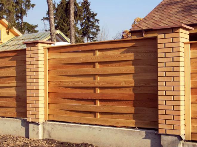 Забор кирпичный с деревом