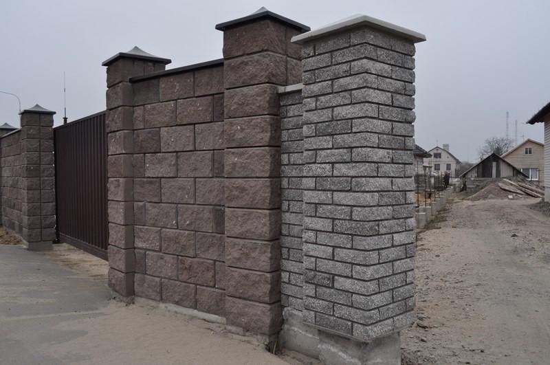 Забор из кирпича и железобетона