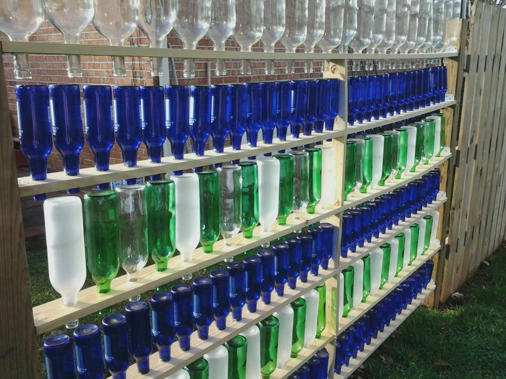 Забор из бутылок стеллаж