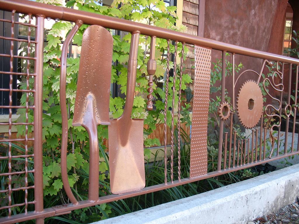 Забор из инвентаря