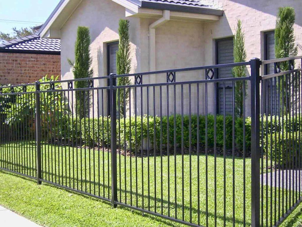 забор металлический из прутьев