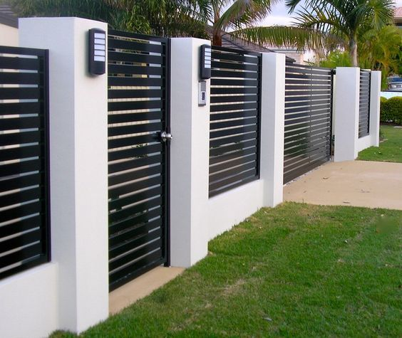 Стильный черно-белый забор с горизонтальным штакетником