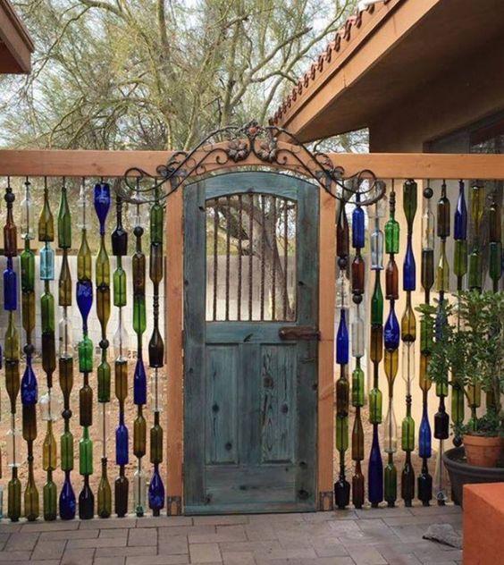 Оригинальный забор цветные бутылк