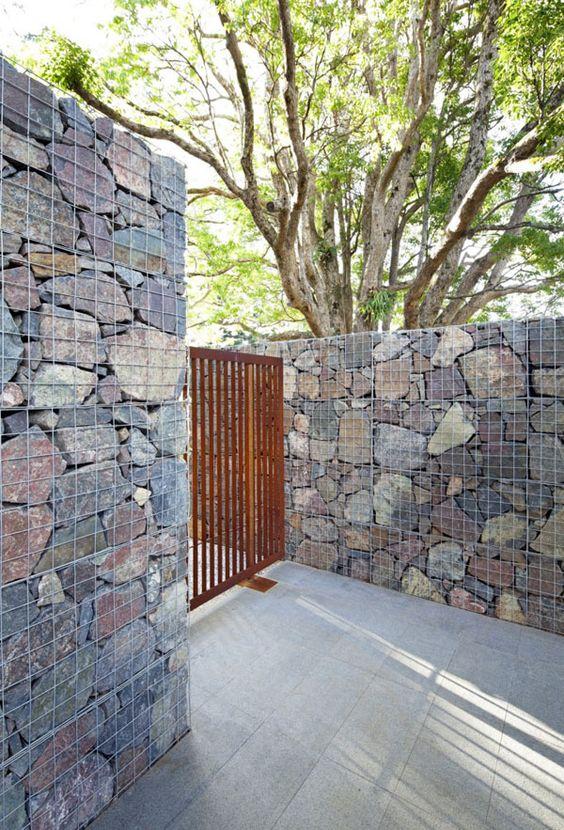 Забор из проволоки и камней (пергоны)