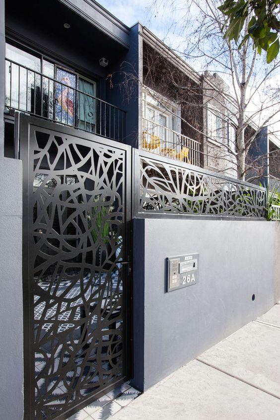 Оригинальный забор из бетона и резного металла