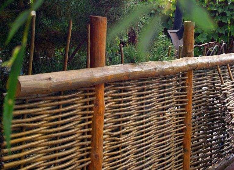 Горизонтальный плетеный забор