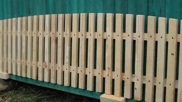 Ограждение из деревянного штакетника: фото красивых вариантов, цены, монтаж