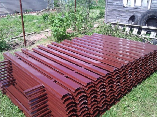 Заборы из металлического штакетника: установка, выбор, цена