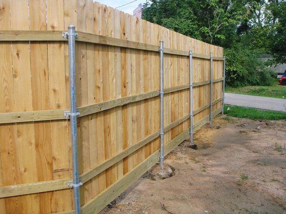 Деревянный забор на металлических столбах своими руками: инструкция