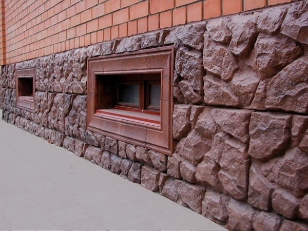 Цокольный этаж с облицовкаой, имитирующей природный камень
