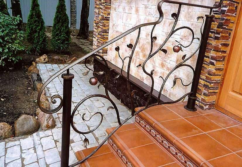 Крыльцо из металла в частном доме на фото