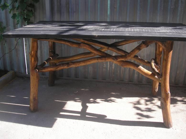 Стол, в котором использованы ветки