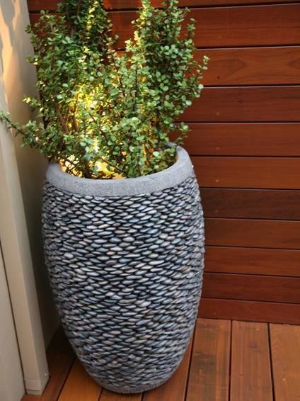 Вазон из бетона, декорированного галькой
